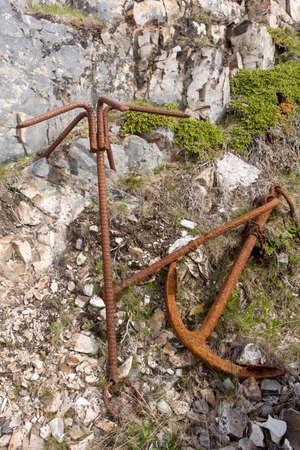Deux ancres rouillées sur des rochers; Île Fogo, Terre-Neuve Banque d'images - 83890406