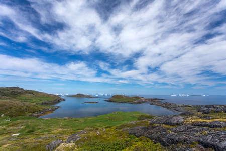 Le littoral de l'île Fogo; les nuages ??et les icebergs; Terre Neuve Banque d'images - 84357256