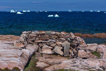 hunters blind made with rocks, Fogo Island, Newfoundland; icebergs Stockfoto