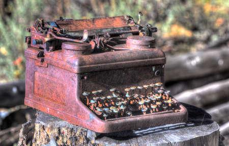 old rusty metal broken typewriter in bright sunlight 版權商用圖片 - 103792151