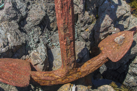 large old rusty anchor on rocks, Newfoundland Banque d'images - 128446108