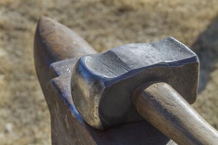 heavy blacksmith hammer with anvil Archivio Fotografico