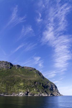 mountain along Newfoundland coastline, cirrus clouds Banque d'images - 133204390