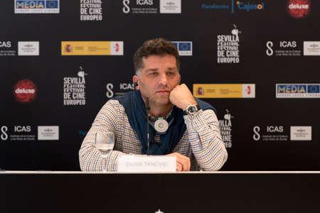 screenwriter: SIVIGLIA, SPAGNA, 9 novembre: Il bosniaco sceneggiatore e regista Danis Tanovic partecipa alla conferenza stampa di presentazione del film 'Un giorno nella vita di un junk-Siviglia Festival del Cinema Europeo di Siviglia in Siviglia, Spagna.