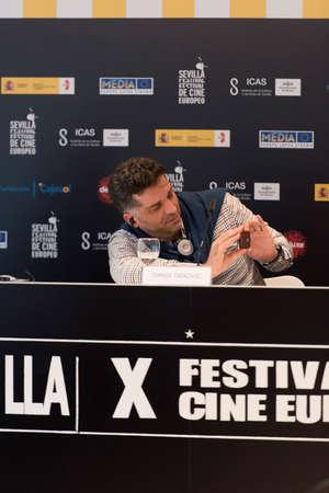 filmregisseur: Sevilla, Spanje 9 november: De Bosnische scenarioschrijver en regisseur Danis Tanovic woont de persconferentie van de presentatie van de film 'Een dag uit het leven van een junk-in Sevilla European Film Festival in Sevilla in Sevilla, Spanje.