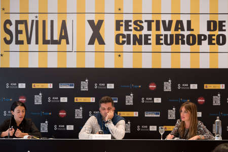 filmregisseur: Sevilla, Spanje, 9 november: De Bosnische scenarioschrijver en filmregisseur Danis Tanovic woont de persconferentie van de presentatie van de film 'Een dag uit het leven van een junk-in Sevilla European Film Festival van Sevilla in Sevilla, Spanje.