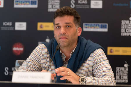 filmregisseur: SEVILLE, SPAIN, November 9: The Bosnian screenwriter and film director Danis Tanovic attends the press conference of presentation of the film A Day in the Life of a junk-in Seville European Film Festival in Seville in Seville, Spain.