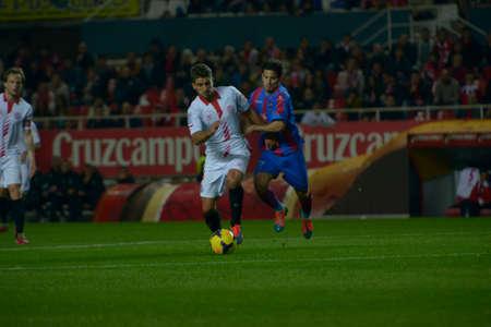 d i y: SEVILLA, ESPANA, ENERO 25, 2014  Carrico  i  y Ruben  d  se disputan el balon en el encuentro entre el Sevilla y el Levante correspondiente a la jornada 21 de la Liga BBVA 2013-2014  disputado en el estadio Sanchez Pizjuan el 25 de enero de 2014  en Sevil