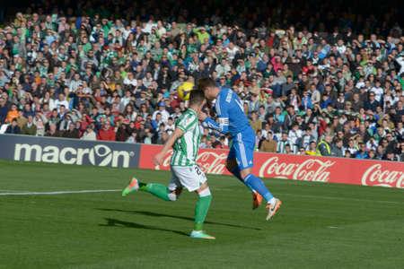 sergio: SEVILLA, ESPANA, ENERO 17, 2014:  Sergio Ramos (d) se lleva de cabeza el balon ante Ruben Castro (i)  en el encuentro entre Real Betis y Real Madrid correspondiente a la jornada 20 de la Liga BBVA 2013-2014 disputado en el estadio Benito Villamarin el 17