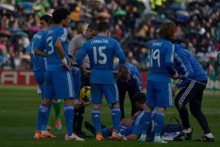 medico: SEVILLA, ESPANA, ENERO 17, 2014:  Alonso es atendido por el equipo medico en el encuentro entre Real Betis y Real Madrid correspondiente a la jornada 20 de la Liga BBVA 2013-2014 disputado en el estadio Benito Villamarin el 17 de enero de 2014  en Sevilla