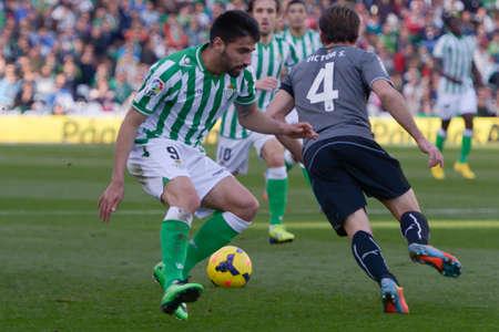 d i y: SEVILLA, ESPANA, FEBRERO 2, 2014:  Victor (d) arebata el balon a Chuli (i) en el encuentro entre Real Betis y Espanyol correspondiente a la jornada 22 de la Liga BBVA 2013-2014 disputado en el estadio Benito Villamarin el 2 de febrero de 2014  en Sevilla,