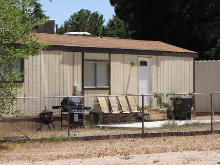 pobres: pobre casa en barrio de EEUU  Foto de archivo
