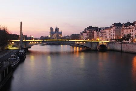 seine: Romantische roze zonsondergang in Parijs