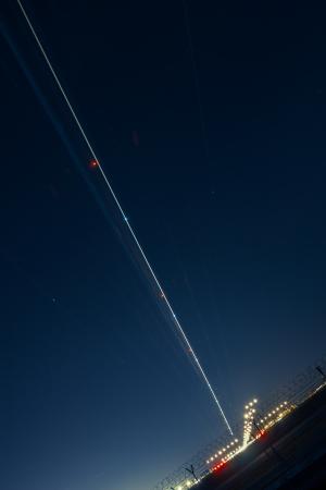 light trail: rastro de luz de las aeronaves durante el aterrizaje