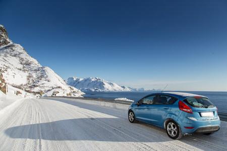 rijden langs noorwegen snelweg in de winter Stockfoto