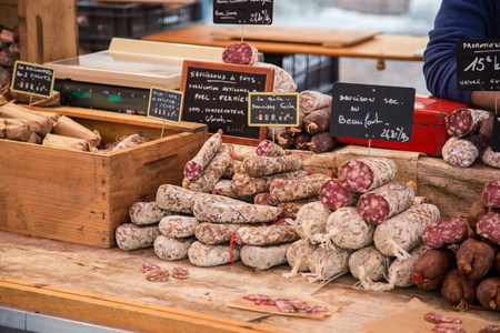 charcutería: Salami para degustación en carnicería Foto de archivo