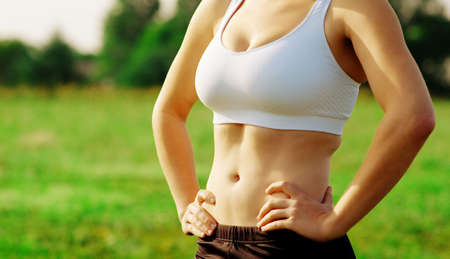 Piękna młoda kobieta zawodnik o workout sesji.