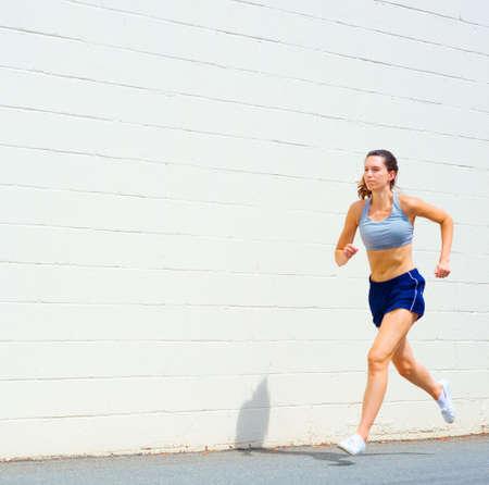 mujeres corriendo: Mujer madura puliendo en un entorno urbano, de un conjunto completo de fotos.  Foto de archivo