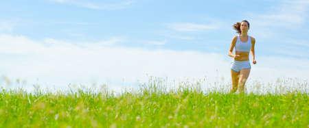 Volwassen vrouw atleet beoefenen in een weide van de lente, van een complete serie.