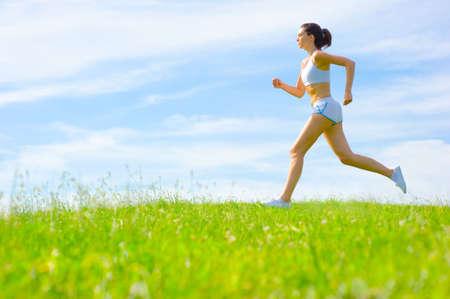 Volwassen vrouw atleet wilt oefenen een lente meadow, van een volledige reeks.