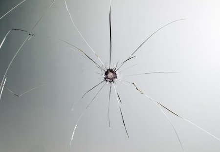 fissure: Il est cass� le verre du pare-brise de voiture avec trou dans l'image centrale