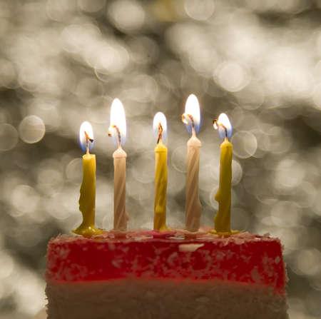 torte compleanno: Torta con una candela e fiamma sullo sfondo del tema di celebrazione