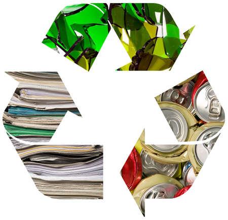 crushed aluminum cans: El s�mbolo de reciclaje de aplast� puede, el concepto de reciclaje de papel y vidrio, Foto de archivo