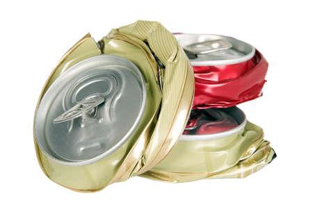 crushed aluminum cans: Forma de latas rotos, la contaminaci�n y el concepto de reciclaje