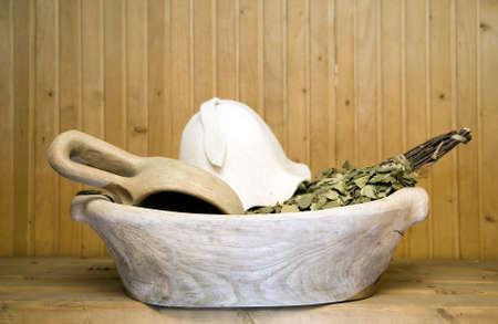 badhuis: Oude antieke houten kom met lepel voor gebruik in badhuis Stockfoto
