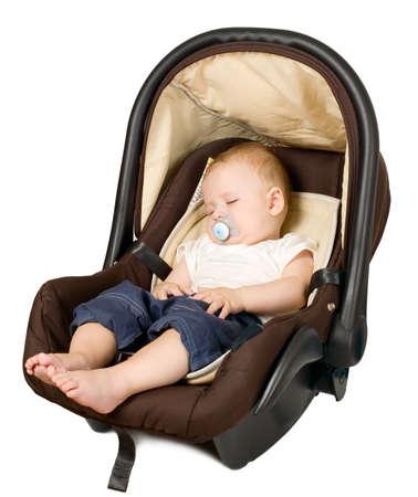 asiento coche: El bebé está sentado en el asiento del coche de seguridad
