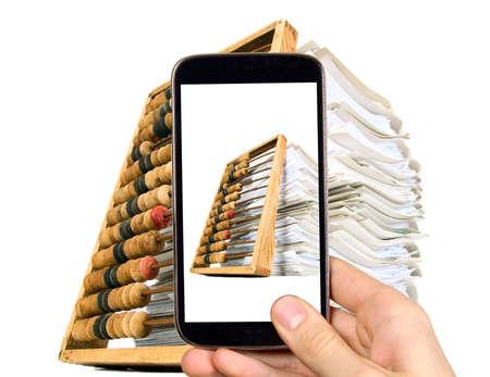 abaco: El hombre está tomando la foto de los documentos y el ábaco con el teléfono móvil inteligente