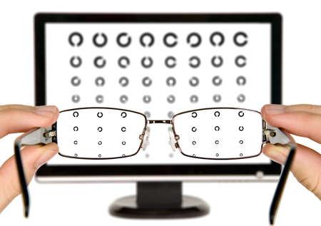 examen de la vista: El hombre está viendo a la carta de examen de la vista en la pantalla a través de anteojos Foto de archivo
