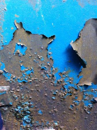peeling paint: Scatola di metallo con peeling vernice blu.