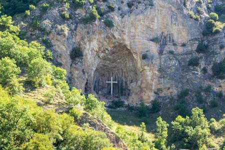 cross placed in a niche on a mountain Reklamní fotografie