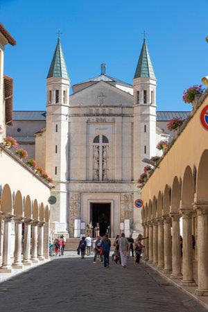 aveneu santa rita di cascia with in the background the cathedral