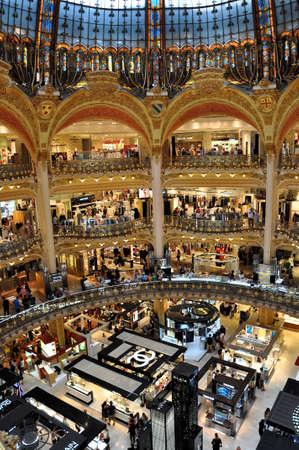 PARIJS, FRANKRIJK - JULI 2: Old deel van Lafayette warenhuis op 2 juli 2015 in Parijs, Frankrijk. De Galeries Lafayette is de meest bekende luxe winkel in Parijs.