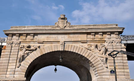 The central upper part in stone of the pont de Bir-Hakeim with the high reliefs, formerly named Viaduc de Passy Stock Photo