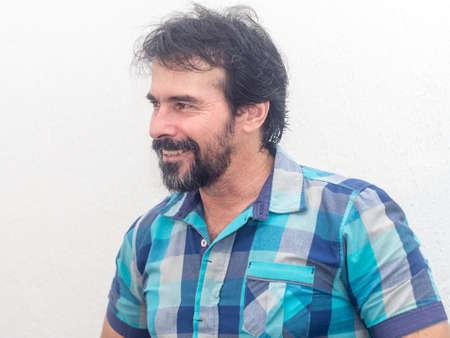 Hombre blanco con barba, camisa de cuadros azules, pelo negro, expresiones diversas Reklamní fotografie