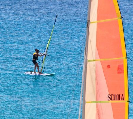 Giovane donnava a scuola di windsurf