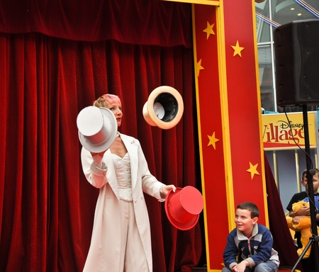 nice food: Диснейленд в Париже, 13 августа 2010 - Disney Village, немного цирка, жонглер со шляпами в Disney Village из парижского Диснейленда