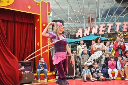 nice food: Диснейленд в Париже, 13 августа 2010 - Disney Village, маленький цирк развлечения Hola обруч танцовщицей в Disney Village из парижского Диснейленда