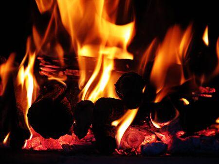 log fire: Primo piano di una stufa a legna