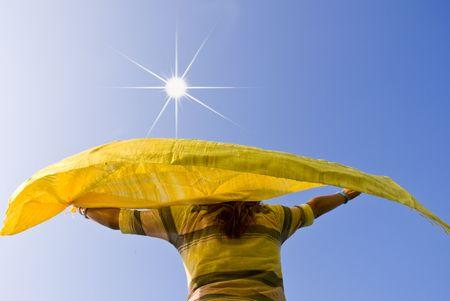 Ragazza trattiene una sciarpa mossa dal vento