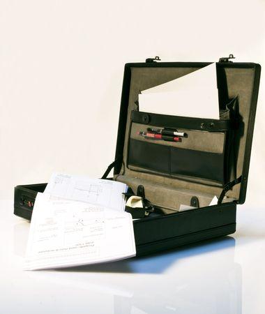 black briefcase: Malet�n negro abierto en blanco  Foto de archivo