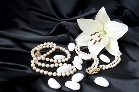 Jewelry and other precious stones on black background fabric Standard-Bild