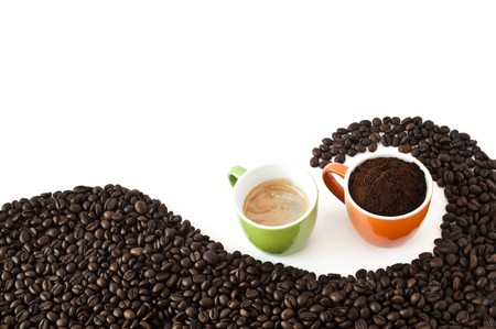 coffee beans and ground coffee on a white background 版權商用圖片