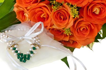 rosas naranjas: collar de rosas y naranja sobre un fondo blanco