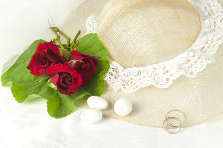 weddingrings: a  red roses and wedding rings on white background