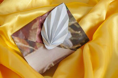 Biglietto per un San Valentino su uno sfondo di tessuto Archivio Fotografico - 91183156