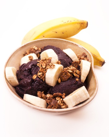 Acai kom. Amazon fruit met bananen en muesli